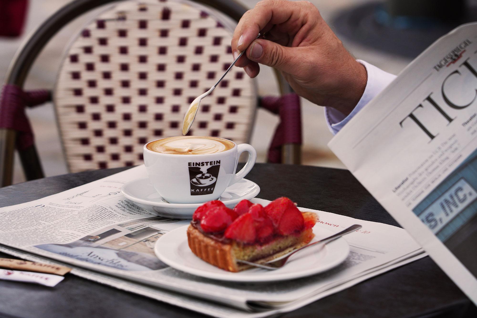Frischer Erdbeerkuchen und Cappuccino von EINSTEIN KAFFEE